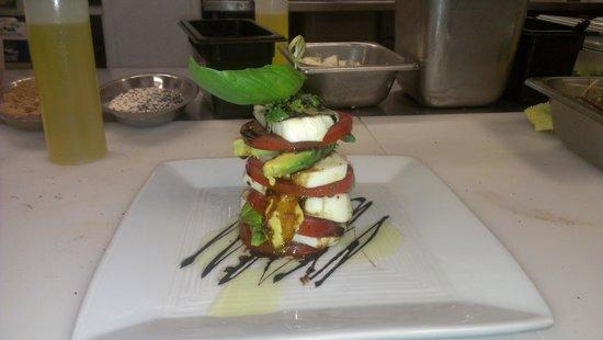 Marion's Bistro: Fresh mozz, tomato and avocado salad
