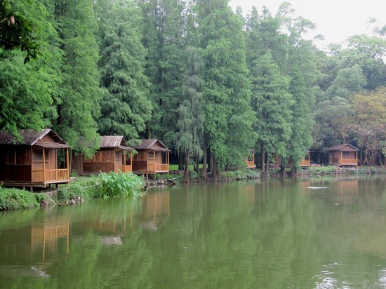 Liangfeng River Forest Park of Nanning: fishing cabins for rent
