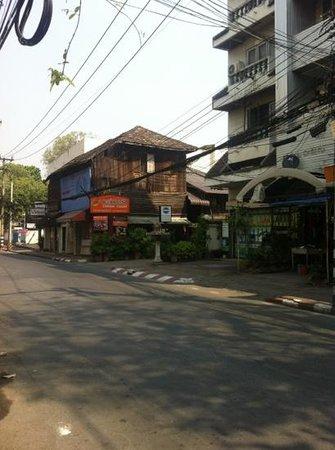 Tawan Court : panneau signalant l'hôtel qui se trouve à droite au fond de la ruelle