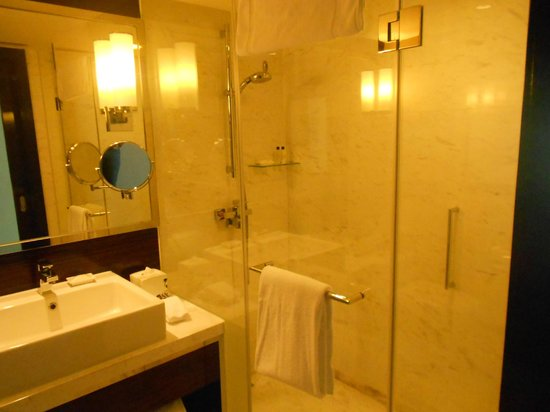 Hong Kong SkyCity Marriott Hotel: Toilet and Bathroom