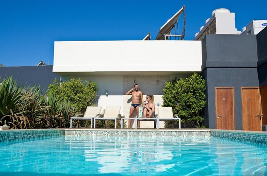 The George Hotel: Showers by the rooftop pool