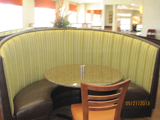 Drury Inn & Suites Valdosta : Breakfast booths