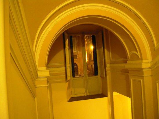 Aenea Superior Inn: l'escalier qui monte à l'étage-hôtel