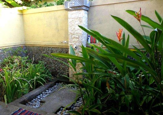 Man's Cottages & Spa: Dusche unter freiem Himmel