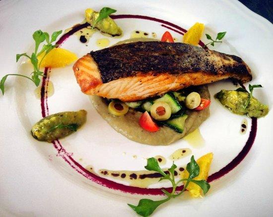 สเต็ก ออฟ เดอะ เดย์: Everything is fresh, even the salmon is chilled and not frozen