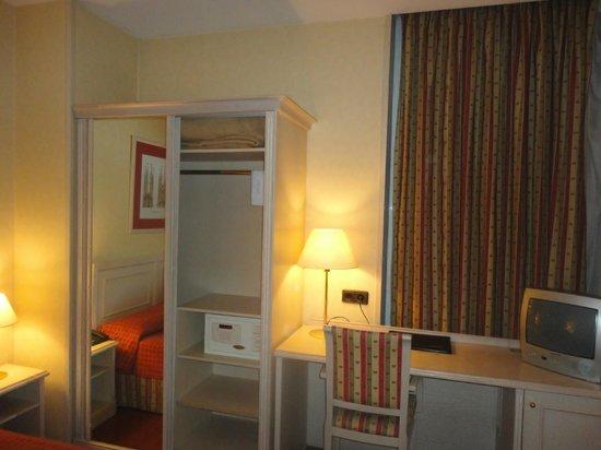 โรงแรมซันโนเทลแอสตั้น: wardrobe