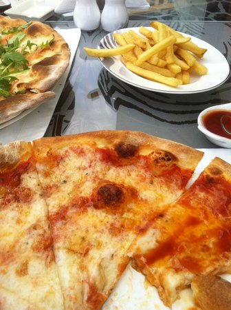 Cavalli Caffe: 4 cheese pizza and fries
