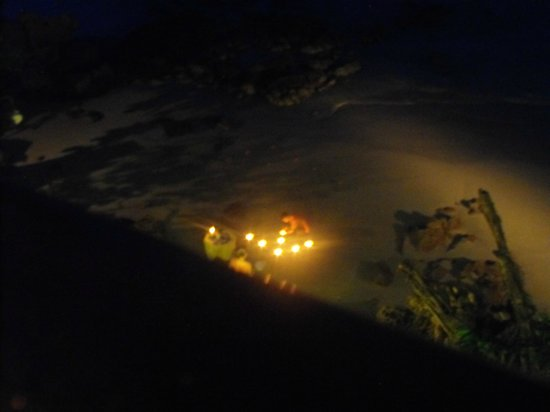 Bella Vista Restaurant: They light the way if you want to walk there via the beach, which is a nice touch.