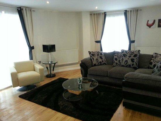 Chelsea Bridge Apartments : living room
