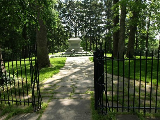 Rutherford B. Hayes Presidential Library & Museums: Burial Plot