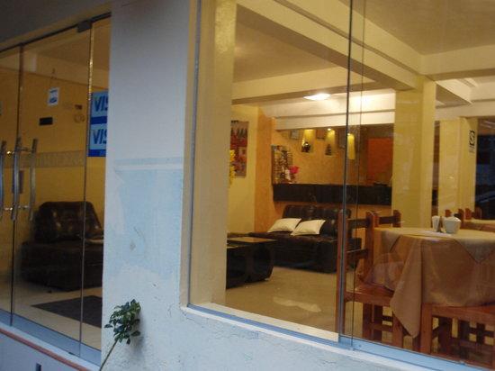 Hostal Muyurina: ホテルの入り口、ガラス越しですが…