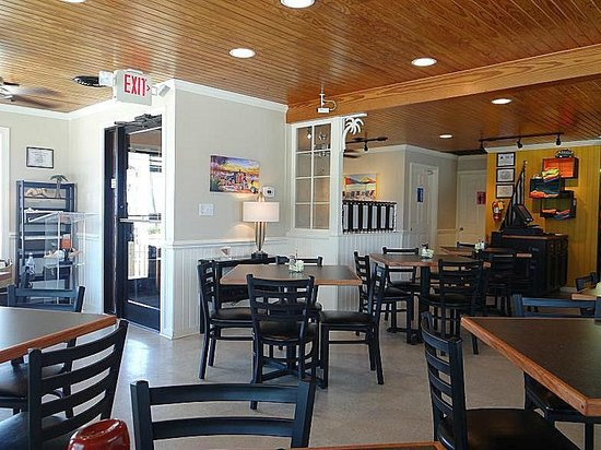 Bay Breez' Restaurant & Grill: quaint inside view