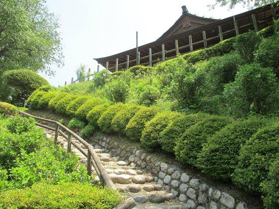 Rekishino-sato Damine Castle: 田峯城本丸への道