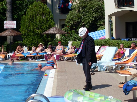 كلوب تركويز أبارتمنتس: dom dom as michael jackson poolside entertainment