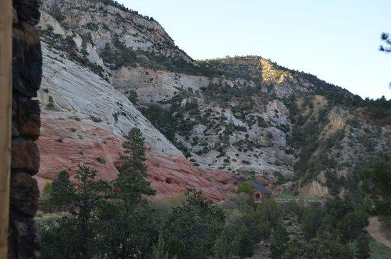 XbarH Lodge: Mountain behind Lodge