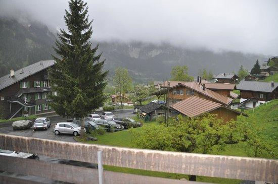 Hotel Lauberhorn: Aussicht vom Zimmer, leider Berge verhangen. Hotelparkplatz