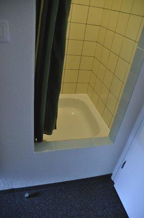 Hotel Lauberhorn: Dusche mit hohem Einstieg (ca. 50 Zentimeter!)