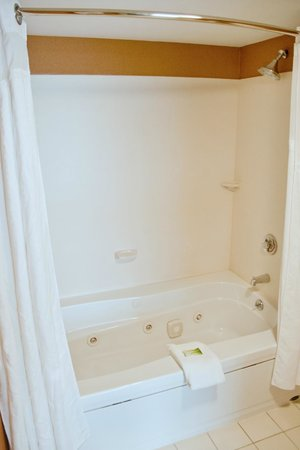 Holiday Inn Express Amherst-Hadley: Deeper tub with Jacuzzi Jets in the Presidential and Empire Suite