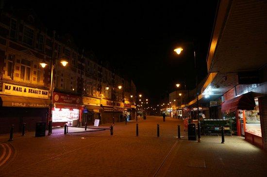 Ibis London Barking: バーキング駅からホテルに向かう道