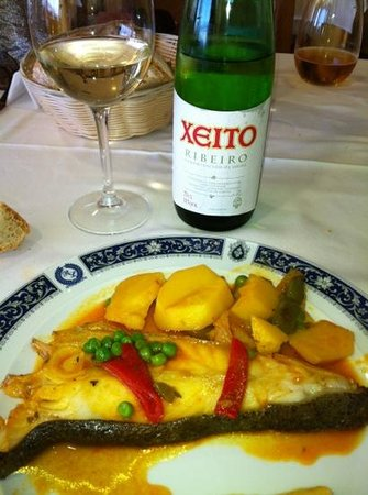 Hotel Loureiro: Rodaballo salvaje, guisado con patatas . Acompañado de un buen Ribeiro .