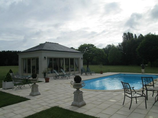 La Croix de la Voulte : Pool area and breakfast room