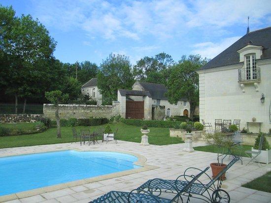 La Croix de la Voulte : Hotel grounds from pool area