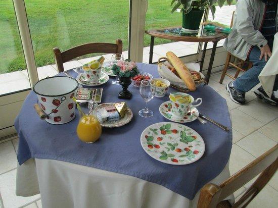 La Croix de la Voulte : Breakfast table