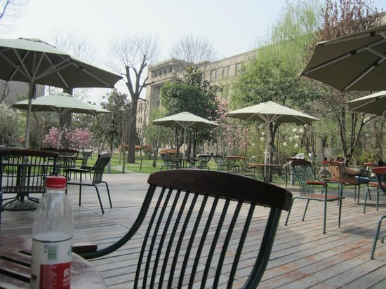 Grand Mercure Xian on Renmin Square: Courtyard in front of the hotel.  Nice area to relax outside.