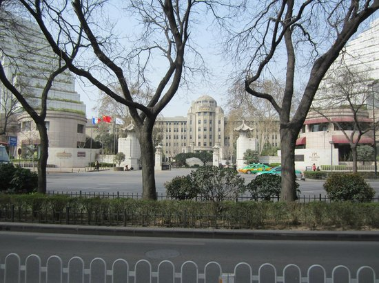Grand Mercure Xian on Renmin Square: Street view of entrance between wings of Sofitel Hotel.  Grand Mercure is behind bldg in center.