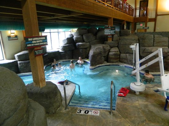 Great Wolf Lodge: Hot tub area- family tub with handicap access
