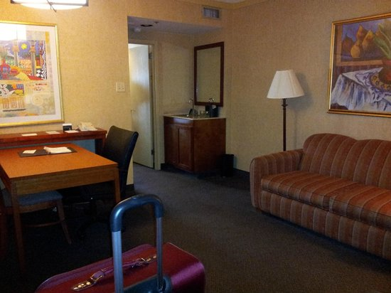 Embassy Suites by Hilton San Antonio Airport : sitting room was spacious and well appointed