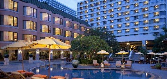 The Bayview Hotel: Abendansicht vom Hauptpool