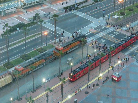 Omni San Diego Hotel: visao do metro e trem de san diego