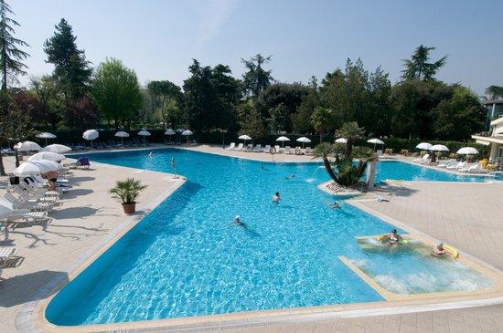 Hotel Terme Internazionale: PANORAMA INTORNO ALLA PISCINA