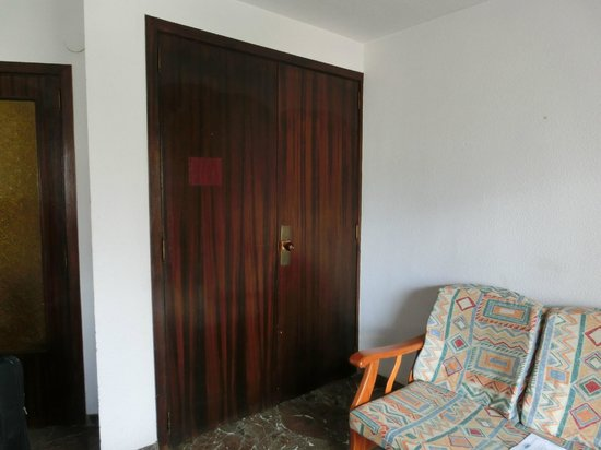 San Jaime Apartments: Кухня за дверями шкафа