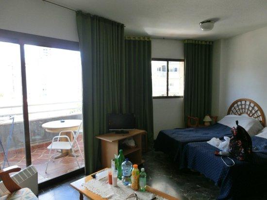 San Jaime Apartments: Два окна с выходами на длинный балкон