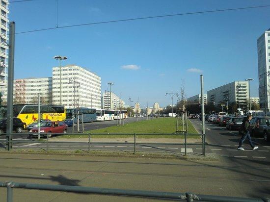 Arcadia Hotel Berlin: L'inizio del vialone su cui si affaccia l'hotel