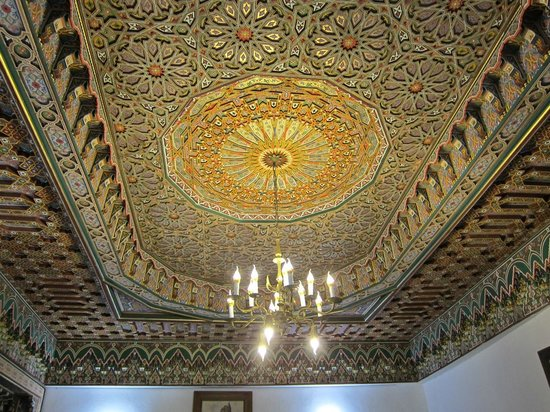 Restaurant dar hatim: beautiful and detailed ceiling in the main dining room
