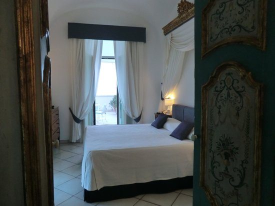 Santa Caterina Hotel: Room 28 bedroom - note light coming in from left from other balcony door