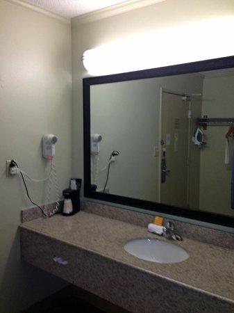 La Quinta Inn & Suites Columbus State University: bath 2
