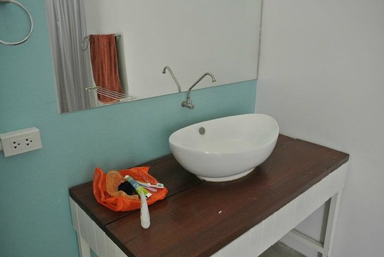 Glur Hostel: Sink in bathroom