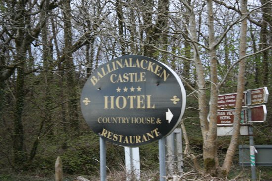 Ballinalacken Castle Country House: Hotel sign off road