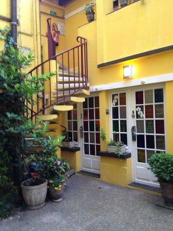 Hotel Eiffel Segur: Courtyard