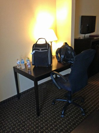 Comfort Inn & Suites: desk