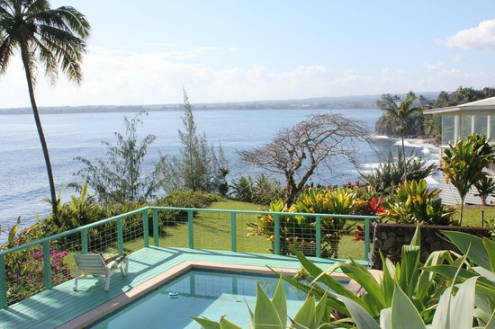 Hale Kai Hawaii Bed & Breakfast: View from terrace over swimming pool looking towards Hilo