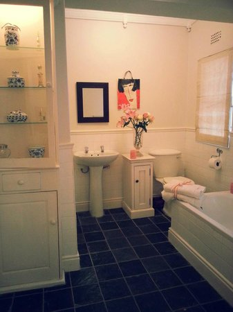 Gilmourhill B&B: French Room - Luxury Twin room with a bath and shower
