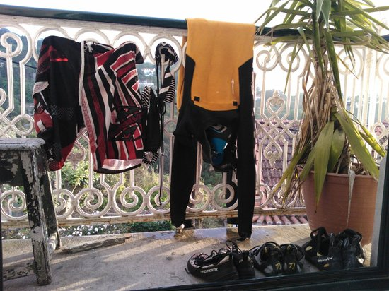 Nice Way Sintra: Drying the surfing and climbing equipment
