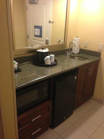 Hampton Inn & Suites Orlando Airport @ Gateway Village: Wet bar in suite