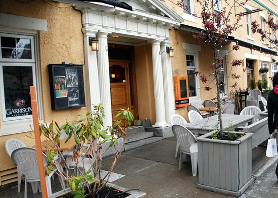 The Carlton Music Bar & Grill: Front Patio