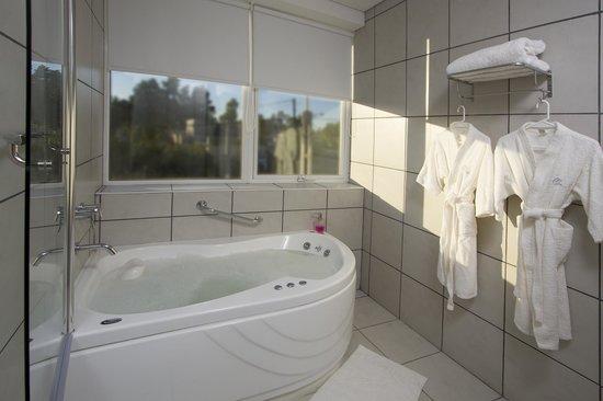 Global Hotel: Baño con jacuzzi